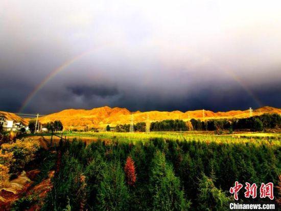 2019年月初,甘肃张掖市肃南裕固族自治县祁连山下草原千里花开、万里绿海。图为雨后彩虹。(资料图) 武雪峰  摄