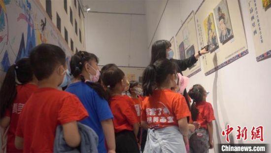 全国少儿画敦煌美术作品特展在敦煌市博物馆展出。(资料图) 宿星 摄