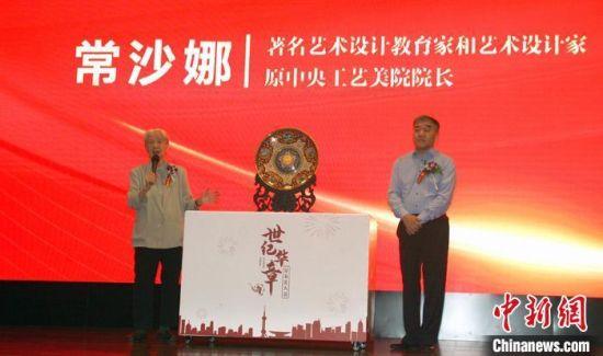 """""""敦煌女儿""""常沙娜(左)与中国工艺美术大师钟连盛(右)在现场介绍该作品 李妮 摄"""