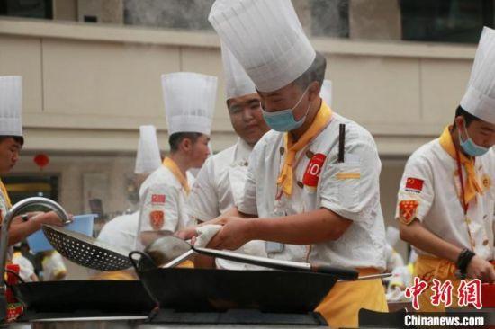 2020年7月21日,兰州一家烹饪技工院校举行创意技能大赛,学校以创业就业为导向培养学生。(资料图) 张婧 摄