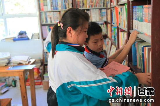 学校阅览室每天都吸引了大量学生前来借阅书籍。