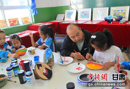 美术创作室内老师正在指导学生作画。