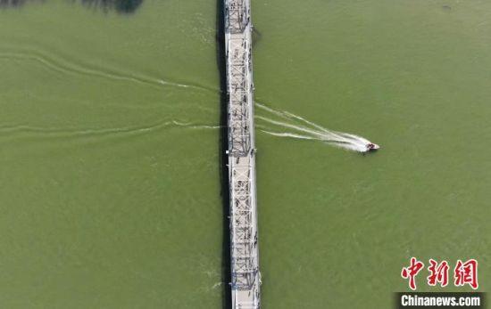 """2021年1月,冬日黄河兰州段河水呈现出绿色,形成一幅别样的""""黄河画卷""""。(资料图) 杨艳敏 摄"""