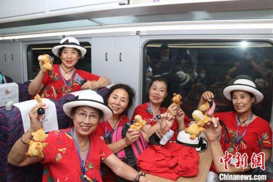 """图为旅客乘坐""""环西部火车游""""旅游专列出行。 曹文福 摄"""