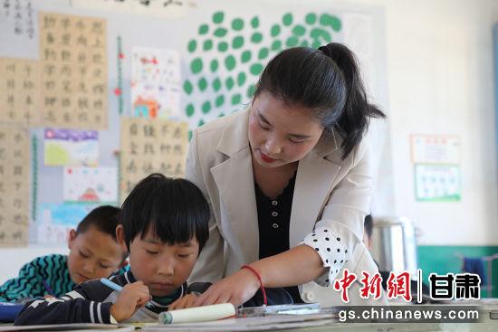 合道镇尚西坪小学李丽芳指导学生作业。