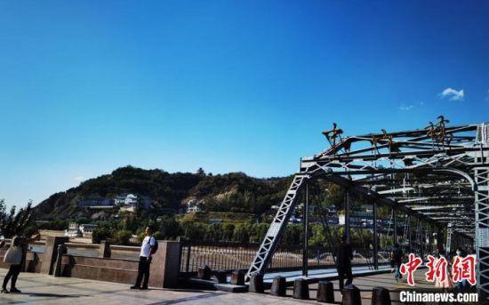 9月9日,兰州市中山桥一景,游客在此打卡拍照。 丁思 摄