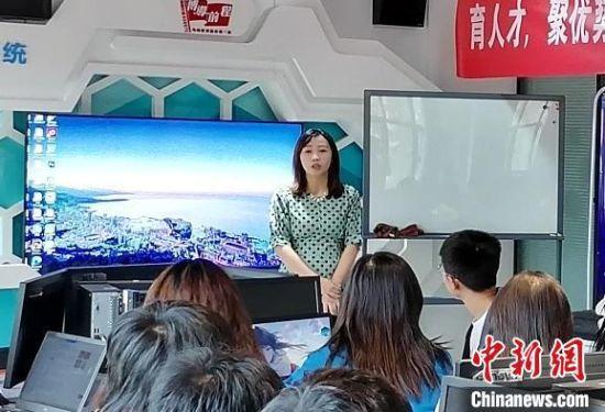 图为文婧羽给学生讲课。(资料图) 兰州石化职业技术大学供图