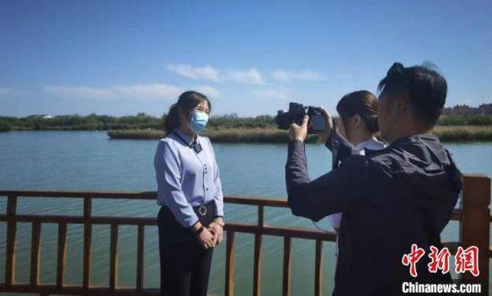 台湾媒体在甘肃张掖国家湿地公园采访。 丁思 摄