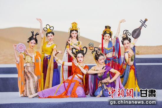 """9月12日晚,""""2021云裳华胄・敦煌传统服饰文化""""系列活动之一、最让人期待的敦煌沙漠大秀在月牙泉边惊艳上演。杨柳 摄"""