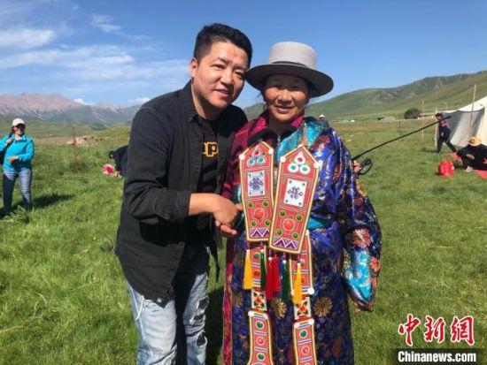 图为拍摄纪录片《西茂的婚礼》期间,张辉刚(左)与裕固族老人合影留念。(资料图) 张辉刚供图