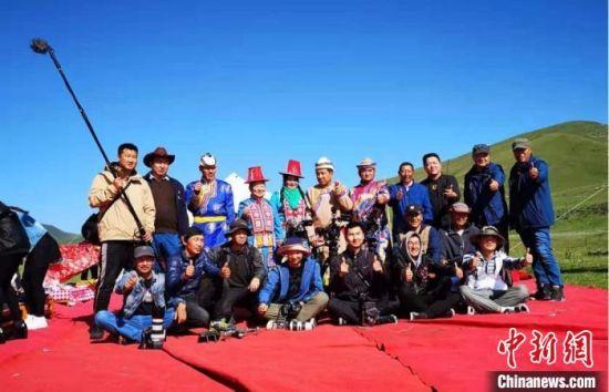 图为张辉刚(右三)及团队在甘肃张掖市肃南县拍摄裕固族题材纪录片《西茂的婚礼》。(资料图) 张辉刚供图