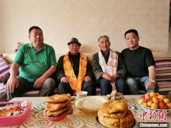 图为张辉刚(右一)拜访甘肃肃南县裕固族德高望重的老人。(资料图) 张辉刚供图