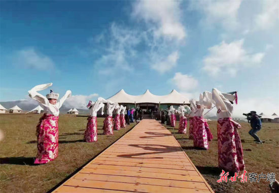 安果村发展民俗旅游,吸引了游客。甘南州委宣传部供图