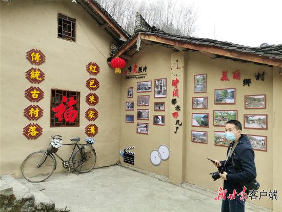 游人观赏朱家沟村。新甘肃・甘肃日报记者 王朝霞 摄