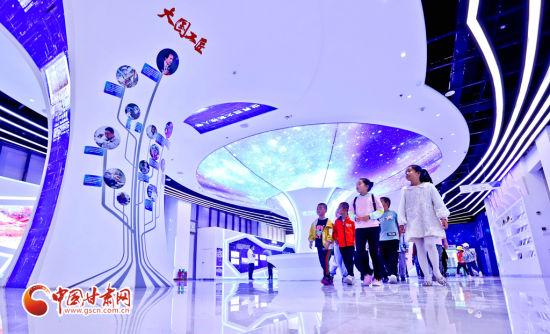 9月11日,甘肃省临泽县的小学生在张掖科技馆了解大国工匠们为中国科技做出的卓越贡献。