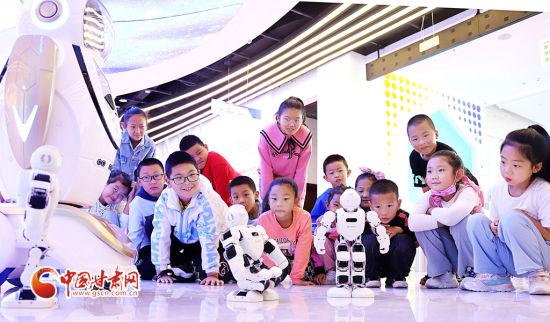 9月11日,张掖市临泽县的小学生在张掖科技馆观看机器人表演。
