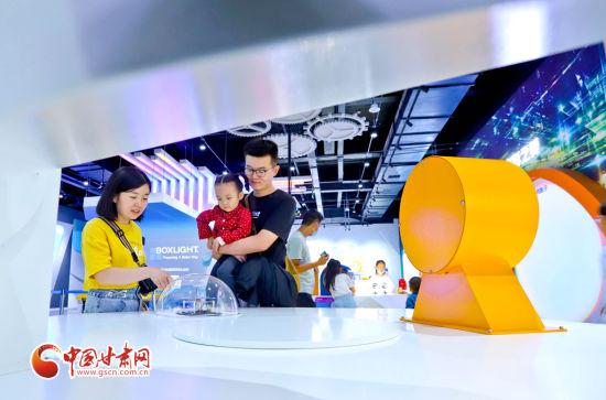 9月11日,在张掖科技馆家长正在带小朋友观察光线的变化。