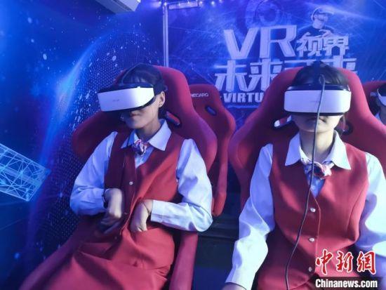 图为学生们体验机器人VR航模。 武文宣 摄