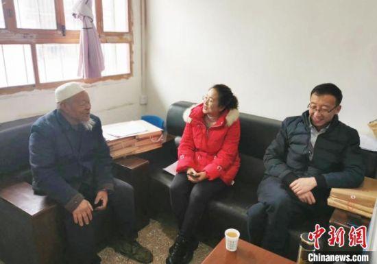 图为王芸敏(中)与村民交谈。(资料图) 刘继斌 摄