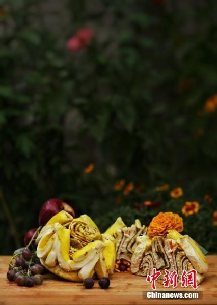 图为做好的月饼,状似玫瑰,切开后层层叠叠,色彩斑斓。张文 摄
