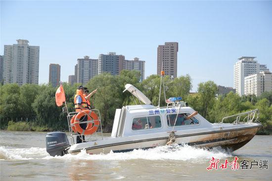 魏家荣正在河面巡查