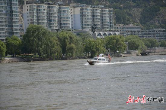 河面飞驰的警艇