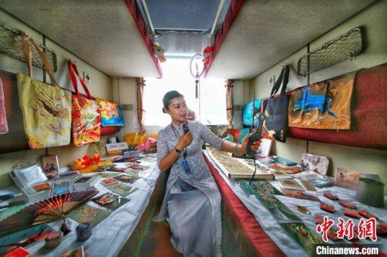 """2020年9月,甘肃推出的""""环西部火车游""""专列上,游客享受到全新的旅游体验。(资料图) 曹文福 摄"""