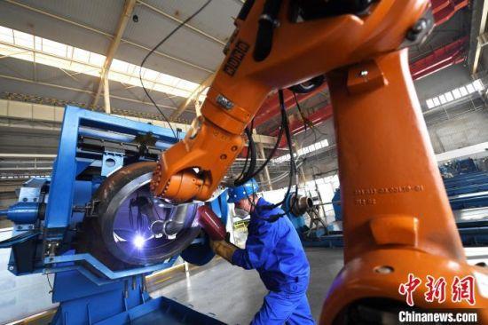2021年1月15日,兰州兰石集团车间内,工人正在进行焊接作业。 (资料图) 杨艳敏 摄
