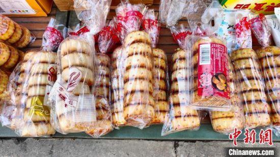 """图为当地市场上的""""素颜""""散装月饼。 朱强 摄"""