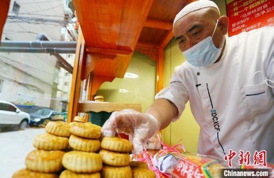 2020年中秋节,兰州人马荣林40余年传承纯手工月饼制作工艺,保留传统味道,留住儿时记忆。(资料图) 高展 摄