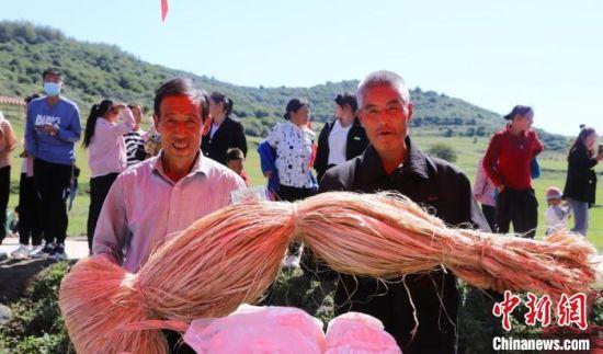 图为村民展示农产品。 秦亭镇政府供图