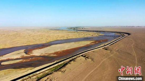 今年,金塔县投资2.2亿元实施了胡杨林景区至黑河环流公路。 李斌龙 摄