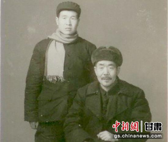 1970年裴正学教授与父亲裴慎先生合影。