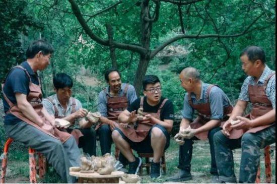 陶艺手艺人们在一起讨论制陶工艺