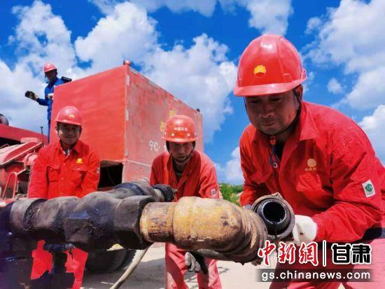 桐川作业区镇六注中心站员工进行洗井作业区