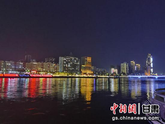图为夜色里的黄河。
