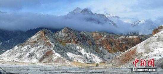 图为祁连山间升起雾气。 武雪峰 摄