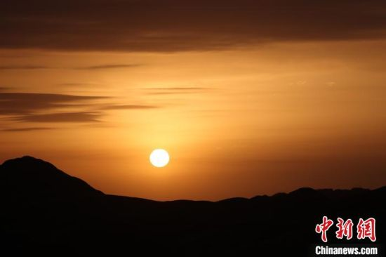 图为张掖丹霞地貌的日出。 九美旦增 摄