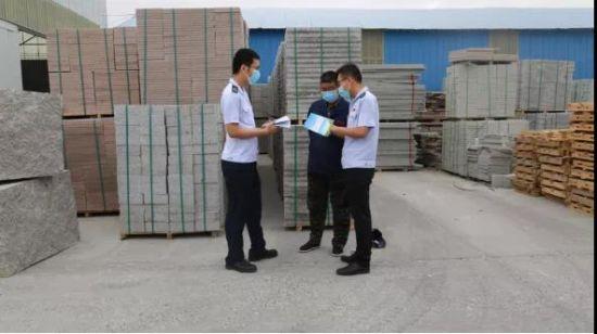 税务干部深入石材企业讲解税收政策。