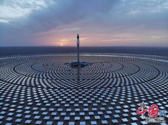 百兆瓦级熔盐塔式光热电站俯瞰图
