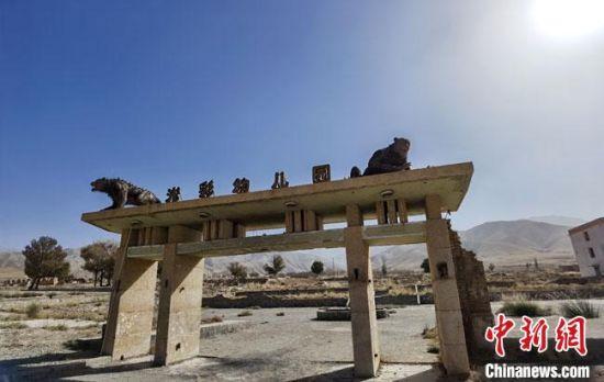 《九层妖塔》拍摄时,剧组特意做旧了很多场景,为这座废弃的老城蒙上了一层神秘面纱。 冯志军 摄