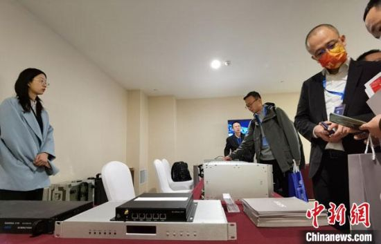 图为会议期间展出的时频设备,吸引与会者围观。 冯志军 摄
