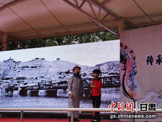 图为小学生表演兰州本土少儿红色革命故事《大豆谣》。杨娜 摄
