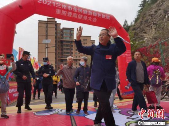 图为活动现场,500余名老年人登高过重阳节。 杨娜 摄