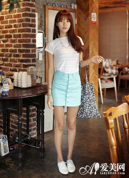 搭配 身段/时尚搭配示范:条纹T恤+薄荷绿包臀裙+白布鞋