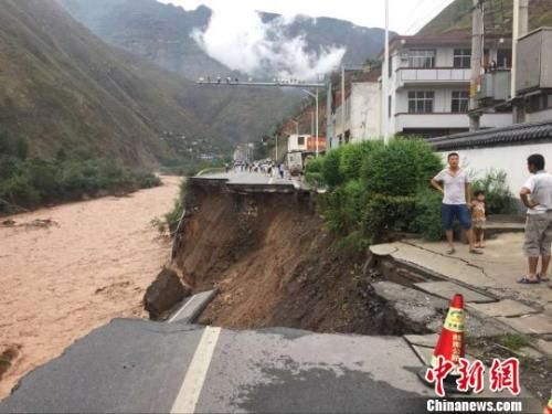 甘肃陇南遭强降雨 国省干线公路多处垮塌。