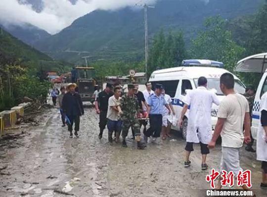 图为医疗队赶赴灾区,抢救伤员。 文宣 摄