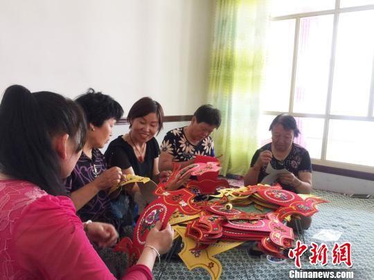 2013年,为了协助更多的残疾人,陈华芳建立了景泰县第一个残疾人手艺艺制造公司,为乡村弱势群体供给作业渠道、技术培训、商场信息效劳。 徐雪 摄