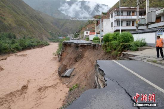 甘肃陇南遭暴雨突击致多条公路塌方阻断。 陇南公路管理局供图