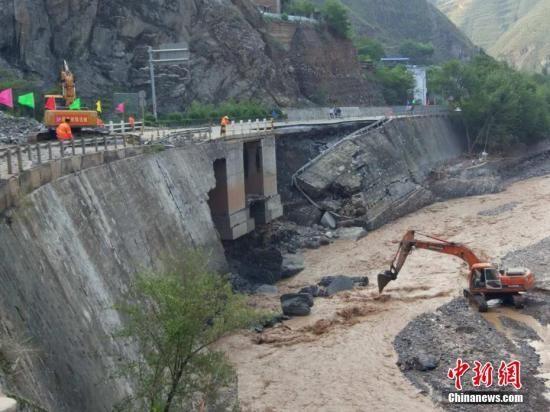 8月6日晚至7日上午,甘肃陇南市武都区境内突降暴雨,持续性的强降雨导致辖区内部分高速、国省干线公路发生泥石流、塌方等地质灾害。 陇南公路管理局供